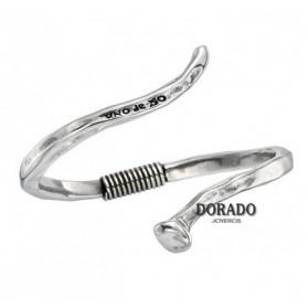 Pulsera UNOde50, rígida, de metal bañado en plata y con un original diseño abierto en forma de clavo.